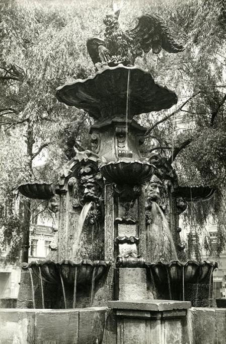 Najstarsza szczecińska fontanna – dzieło berlińczyka Johanna Friedricha Graela zdobi plac Orła Białego od 1734 roku – królewski ptak rozpościera skrzydła nad czterema maszkaronami symbolizującymi rzeki świata oraz nad gryfami, które pierwotnie umieszczone były na cokołach rozdzielających konchy basenu. (MNS/A.Foto/15445)