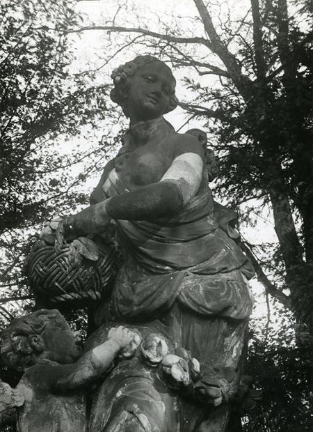 Bogini Flora z XVIII-wiecznej kompozycji rzeźbiarskiej, która pierwotnie zdobiła centralną część attyki pałacu przy pl. Orła Białego 3. (MNS/A.Foto/13621)