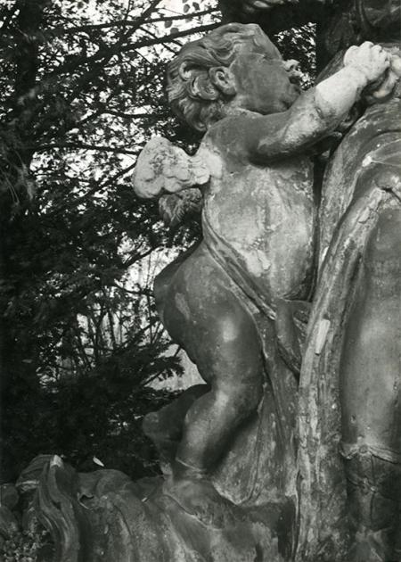 Putto towarzyszące bogini wiosennego kwitnienia z pomnika Flory, który obecnie można obejrzeć na pl. Orła Białego. (MNS/A.Foto/15446/2)